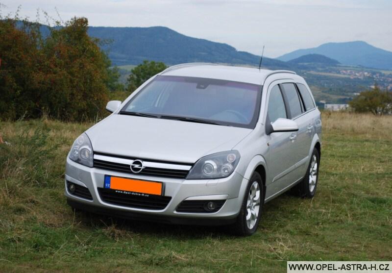 Opel Astra H caravan stříbrný předek