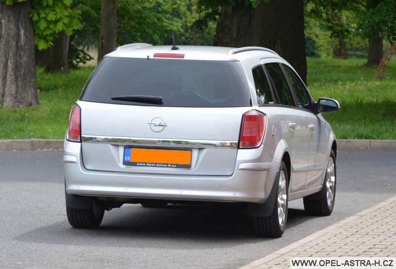 Opel Astra H caravan stříbrný zadek
