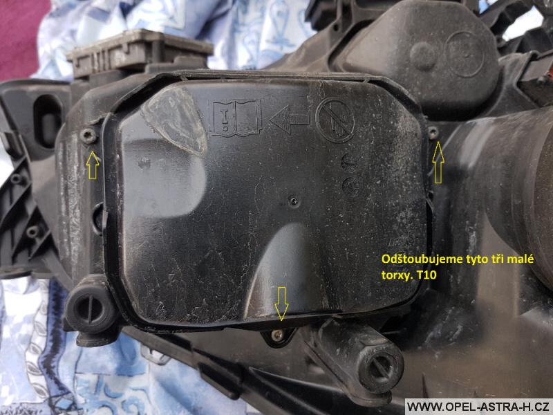 Výměna xenonové výbojky Opel Astra H 29