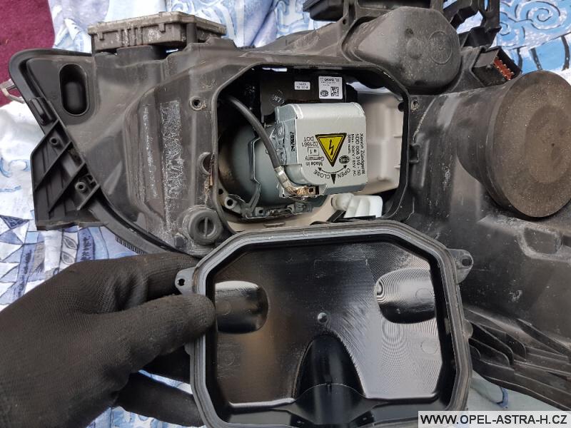 Výměna xenonové výbojky Opel Astra H 31