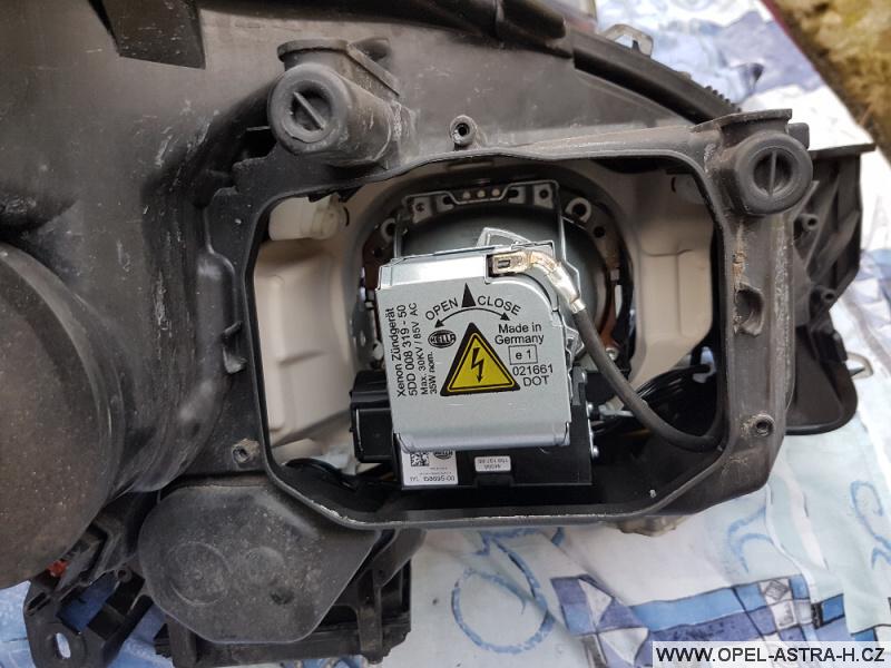 Výměna xenonové výbojky Opel Astra H 32