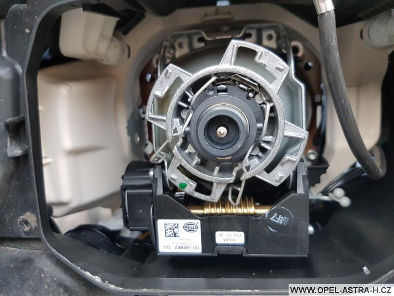 Výměna xenonové výbojky Opel Astra H 35