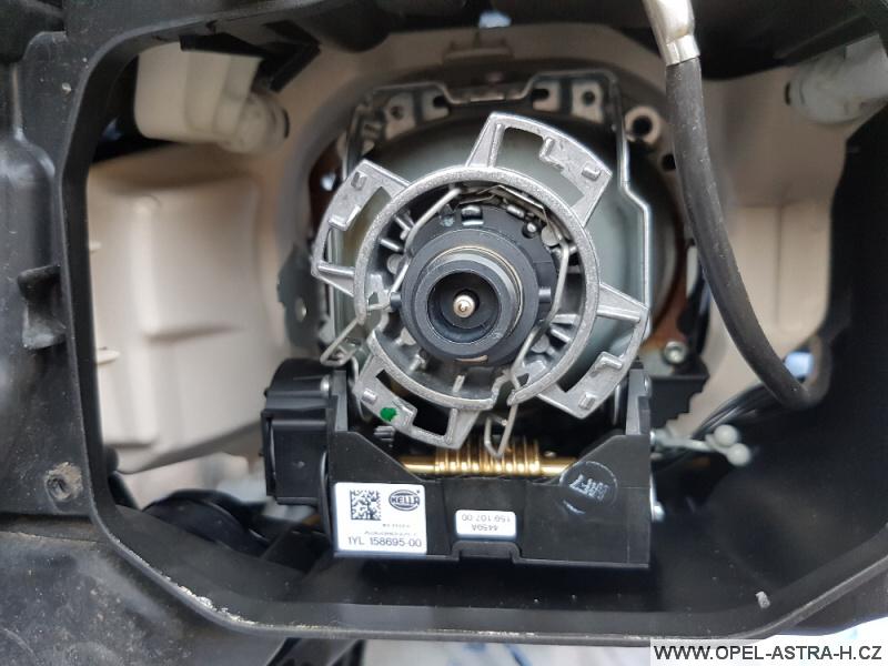 Výměna xenonové výbojky Opel Astra H 36