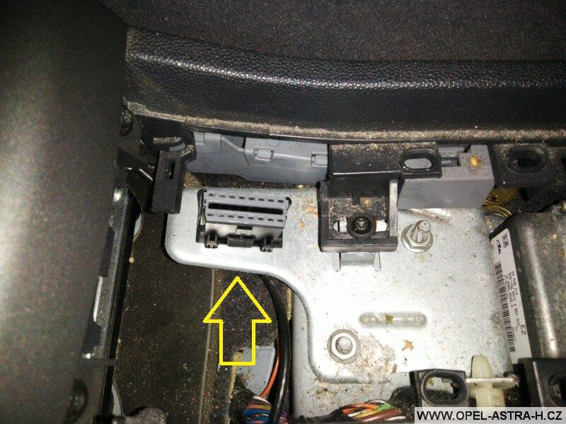 Diagnostická zásuvka - umístění - Opel Astra H