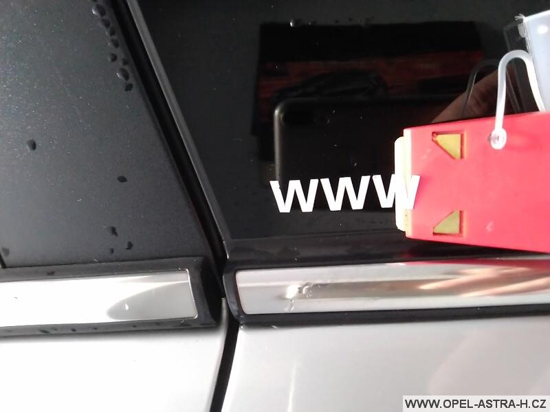 Jak odstranit samolepku ze skla auta
