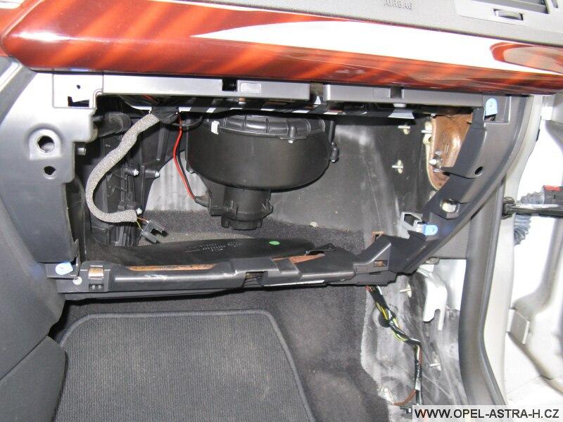 Montáž autoradia CD70 a barevného displeje CID - 3