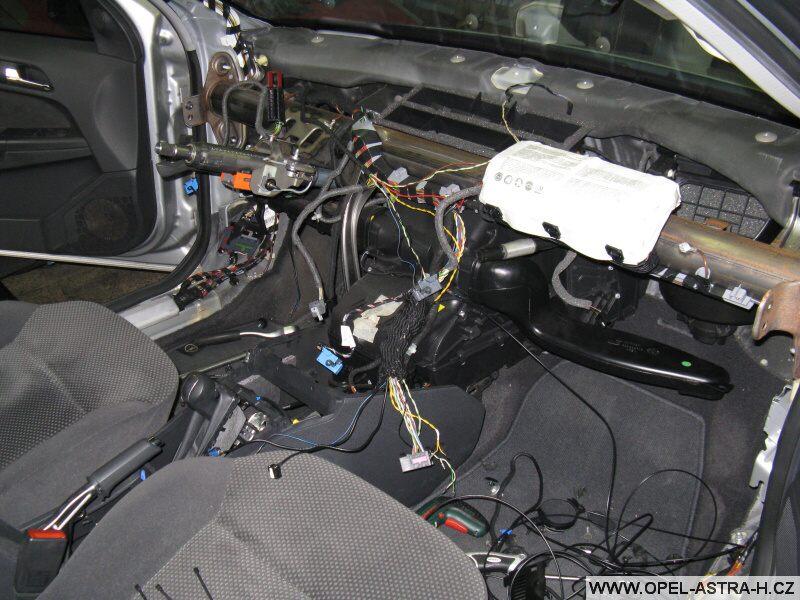 Montáž autoradia CD70 a barevného displeje CID - 7