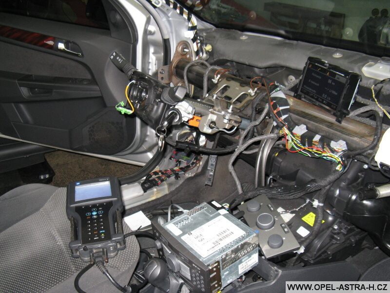 Montáž autoradia CD70 a barevného displeje CID - 8