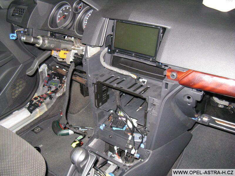 Montáž autoradia CD70 a barevného displeje CID - 13