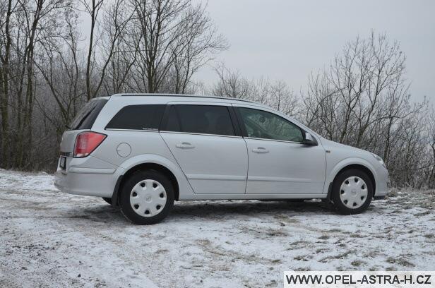 Opel Astra H caravan v zimě