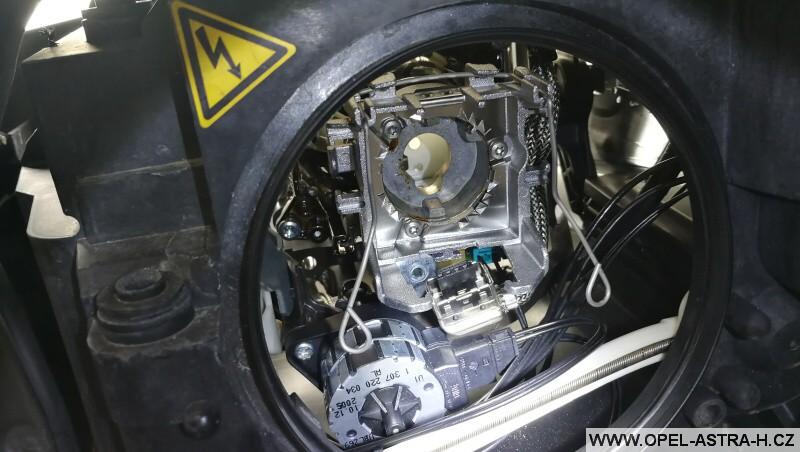 Výměna bi-xenonové výbojky - Opel Zafira B 06