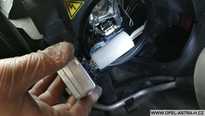 Výměna bi-xenonové výbojky - Opel Zafira B 07